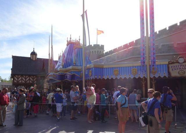 People waiting for 300 minutes to meet Anna and Elsa